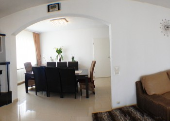 Panorama ansicht des Wohnzimmers im Erdgeschoss