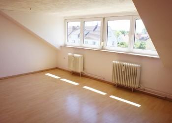 2 Zimmer Wohnung- Wohnzimmer mit Gaube